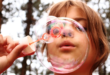 Seifenblasen 110x75 - Kinder brauchen Bewegung um sich gesund zu entwickeln